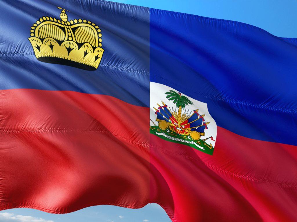 La bandiera del Liechtenstein 'fusa' con quella di Haiti (rielaborazione da foto pixabay.com)