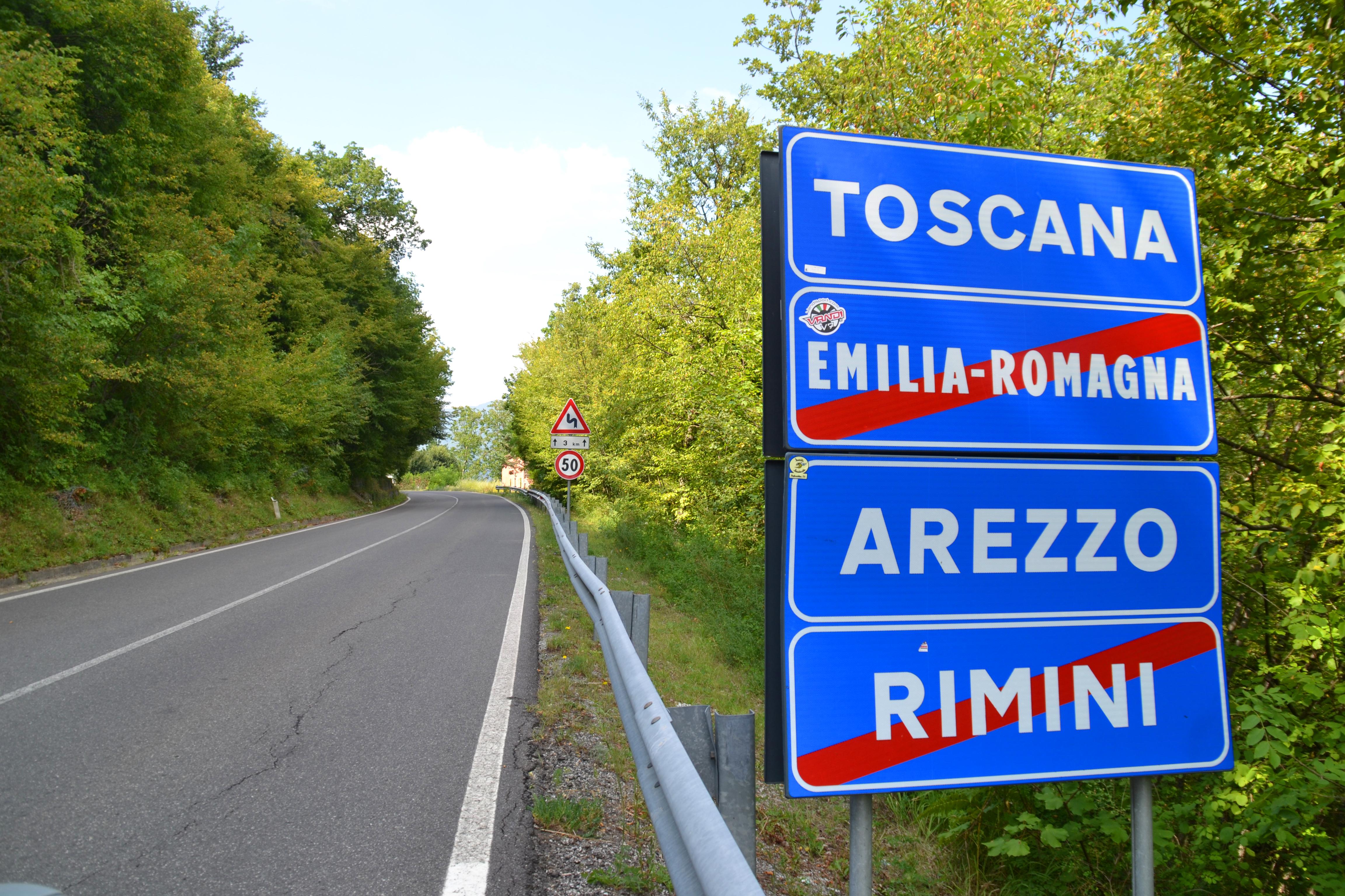 L'ingresso da nord alla exclave toscana di Ca' Raffaello (foto Daniele Dei)